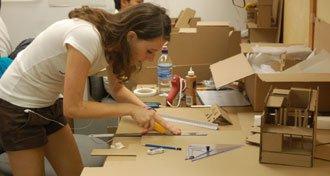maket-yapan-mimarlık-öğrencisi
