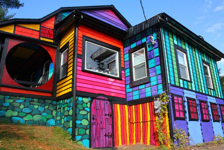 Artist-Kat-O'Sullivan-Transforms-a-Dull-Shack-Into-a-Psychedelic-Rainbow-House-11
