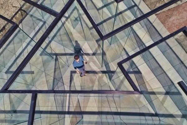 Glass-Labyrinth-by-Artist-Robert-Morris-2-600x403