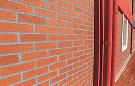 Homojen tuğla : Homojen bir yüzey dokusuna sahiptir. Eski yapılara farklı görünüm kazandırmak yada yeni binalar, özel iç mekanlar yaratmak için tercih edilir.